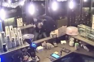 В Киеве пьяный парень устроил массовую драку в кафе из-за замечания