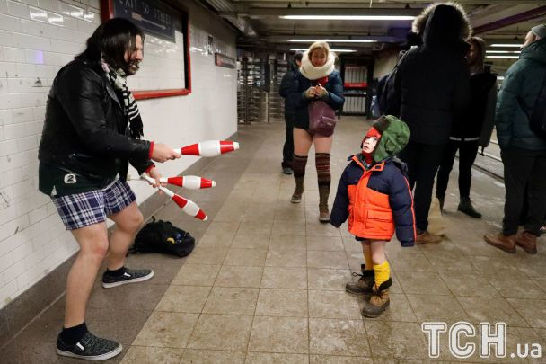 """У метро без штанів. Жителі світових мегаполісів """"засвітили"""" сідниці у пікантному флешмобі"""