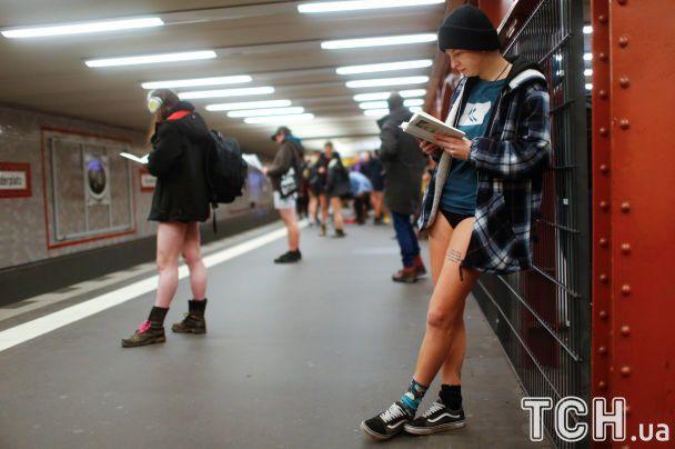 """В метро без штанов. Жители мировых мегаполисов """"засветили"""" ягодицы в пикантном флешмобе"""