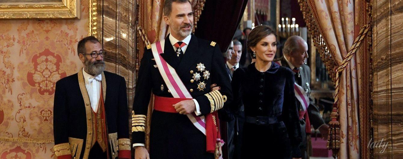 В роскошном бархатном наряде: королева Летиция с супругом Филиппом вышла в свет