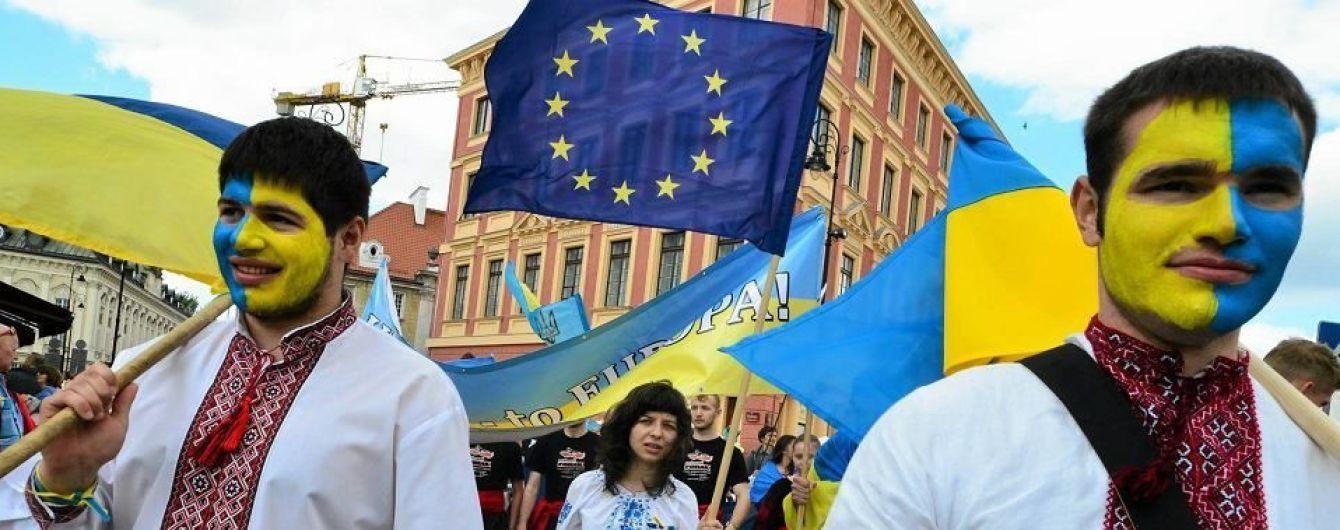 На польському заводі робітників-українців змушують носити синьо-жовту уніформу
