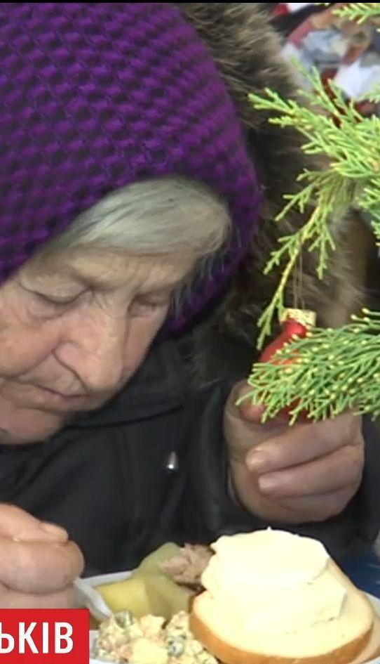 Атмосфера семейного уюта: в Житомире для бездомных устроили праздничный обед с колядкам