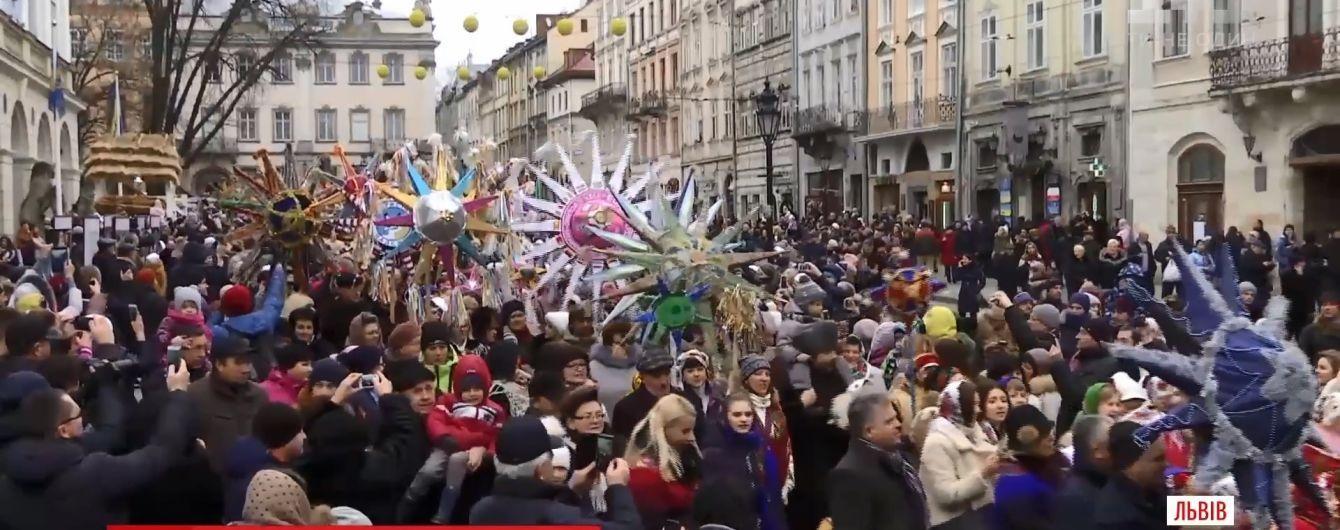 Парад звіздарів і рекордний флешмоб із колядками: українці другий день гуляють Різдво Христове