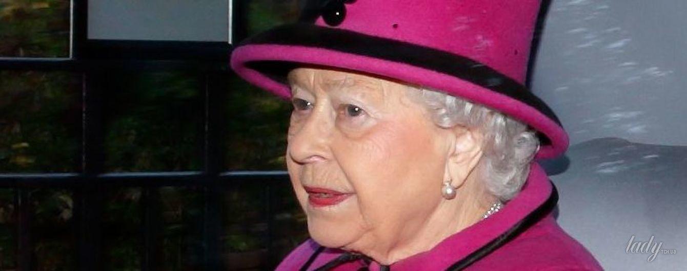 Яркая королева: Елизавета II сходила на службу в малиновом наряде