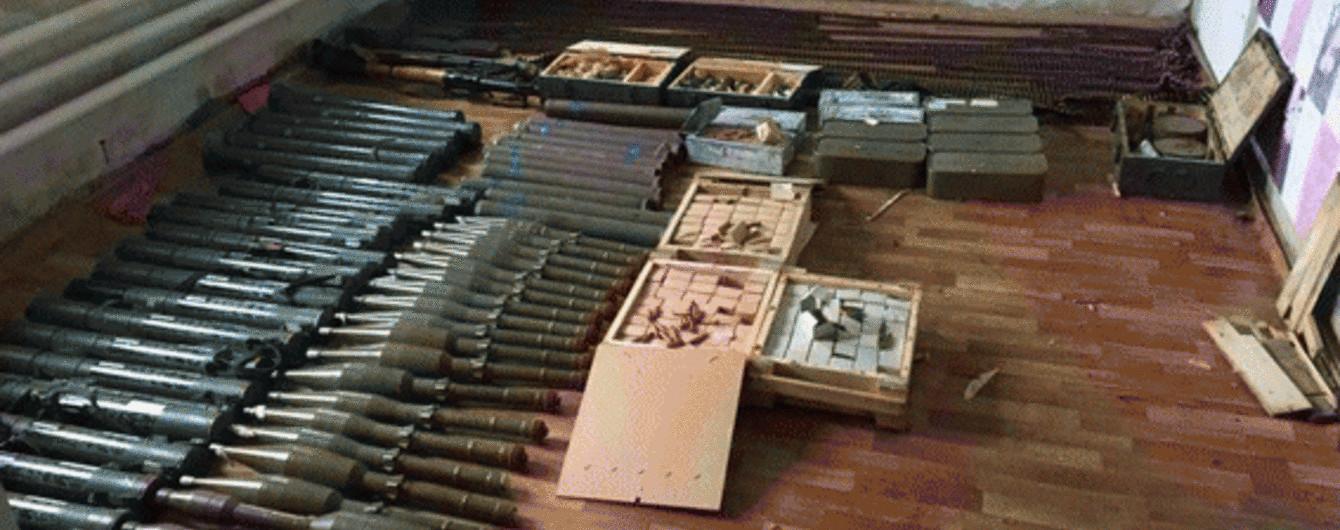 На Луганщине в доме 55-летней женщины обнаружили мощный арсенал оружия
