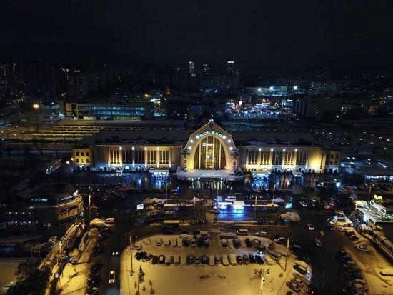 У Києві на залізничному вокзалі шукають вибухівку