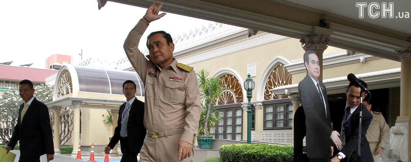 """""""Спросите этого парня"""": премьер Таиланда предложил журналистам задавать вопросы его картонной кукле"""