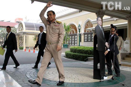 """""""Запитайте у цього хлопця"""": прем'єр Таїланду запропонував журналістам ставити питання його картонній ляльці"""