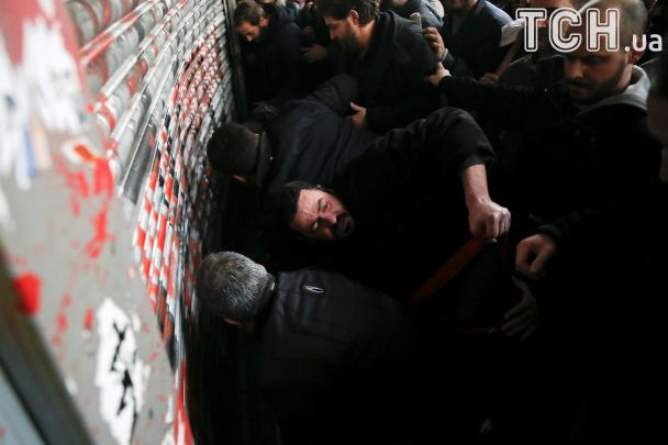 У Греції сотні демонстрантів після штурму увірвалися до міністерства праці