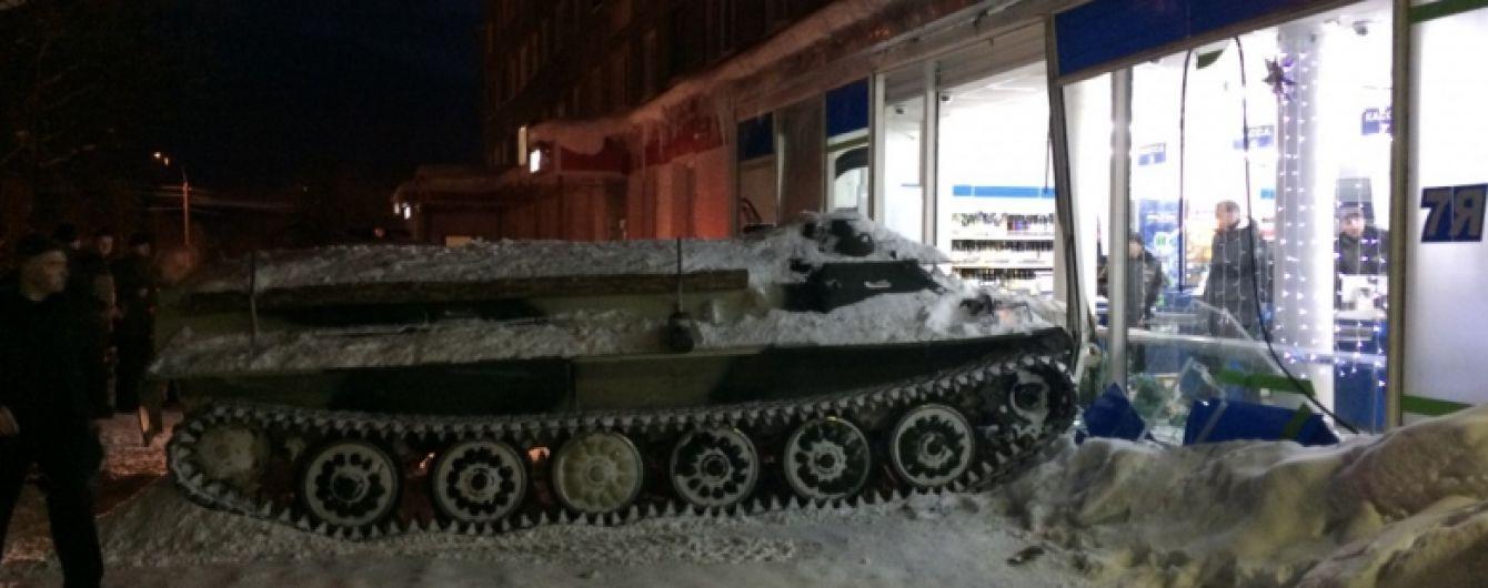 Заїхав по вино: в Росії військовий тягач протаранив вітрину магазину