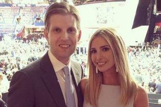В светлом платье и с белой сумкой: нежный образ Иванки Трамп