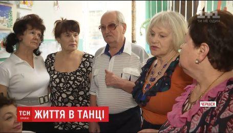 У Черкасах 77-річний дідусь відкрив школу танців та професійно навчає пенсіонерів