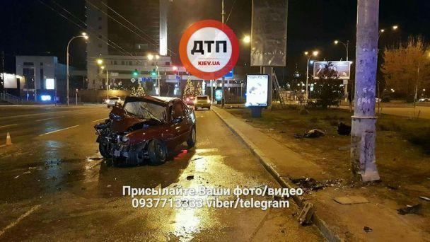 ДТП у Києві: автомобіль врізався в стовп, водій у реанімації