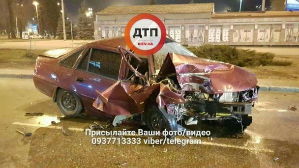 ДТП в Киеве: автомобиль врезался в столб, водитель в реанимации