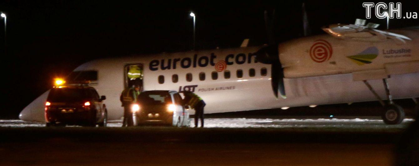 В аэропорту Варшавы самолет с 59 пассажирами совершил жесткую посадку