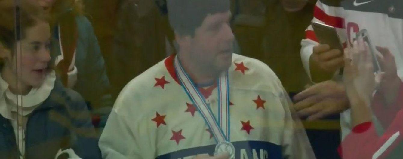 Хоккейный болельщик хитрым способом решил присвоить себе медаль, которую игрок выбросил на трибуны