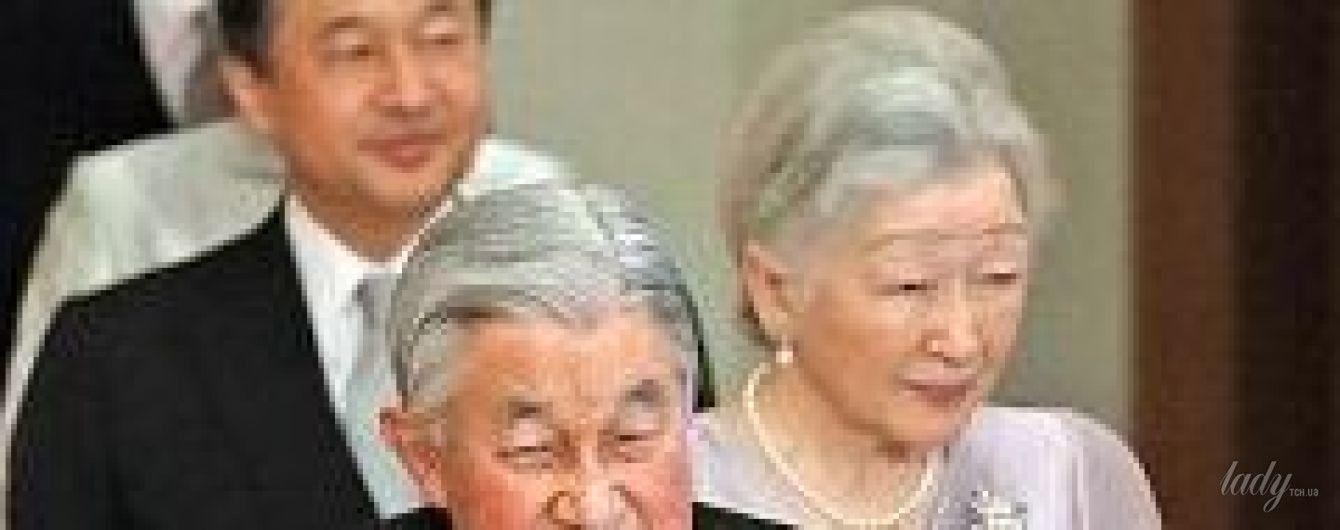 В платье цвета лиловой розы: 83-летняя императрица Японии Митико на церемонии в Токио