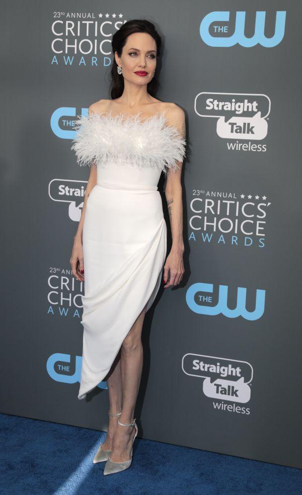 Lady in white: Анджелина Джоли поразила роскошным образом в перьях на Critics' Choice Awards
