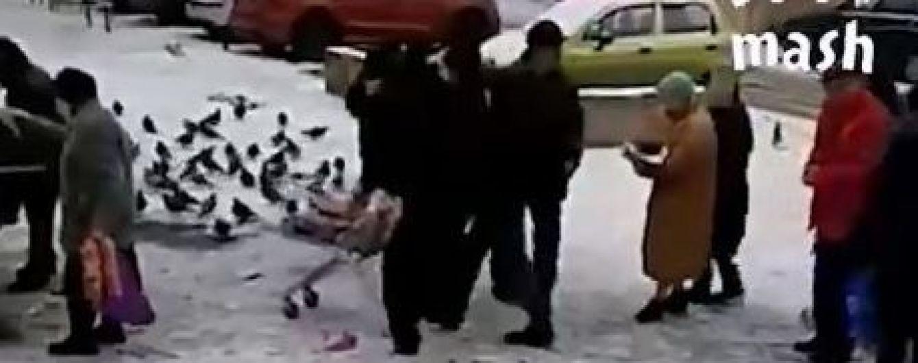 У РФ зняли на відео, як пенсіонери дістають зі смітника протерміновані продукти