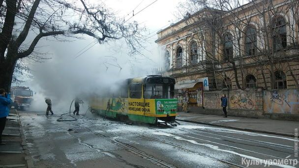 В Одесі під час руху спалахнув трамвай із пасажирами, люди в паніці вистрибували з вікон