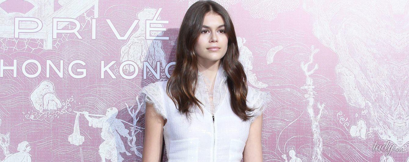 В миниатюрном платье и прозрачных сапогах: Кайя Гербер среди звездных гостей выставки Chanel