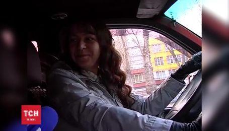 Таксистка из Черкасс рассказывала журналистам о любви к работе и машине