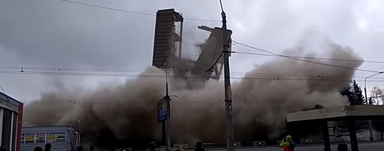 """В Полтаве повалили последний остаток корпуса оборонного завода """"Знамя"""""""
