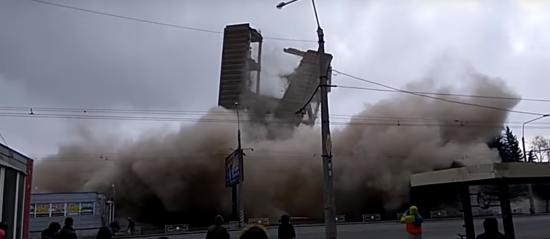 """У Полтаві повалили останній залишок корпусу оборонного заводу """"Знамя"""""""