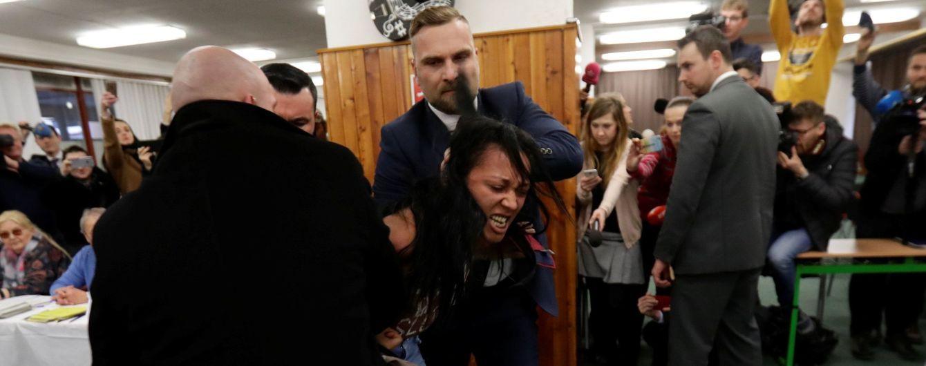 Активистка Femen после нападения на Земана показала фейковое удостоверение журналиста