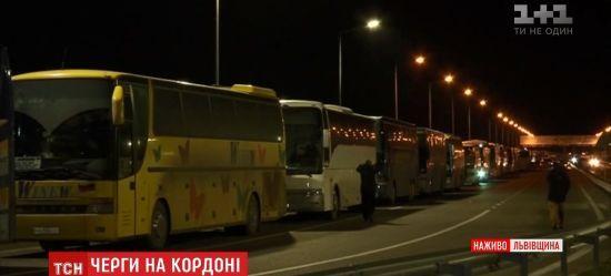 На границе Украины и Польши образовалась большая очередь из автобусов из-за новых таможенных правил