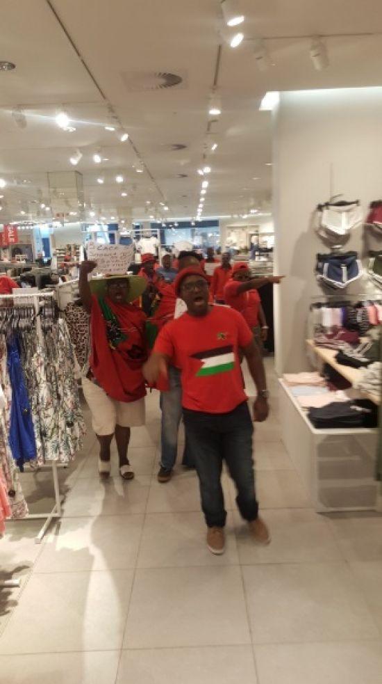 У ПАР громили магазини H&M через рекламу з чорношкірим хлопчиком