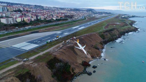 В Турции самолет выкатился с полосы и чуть не упал в море