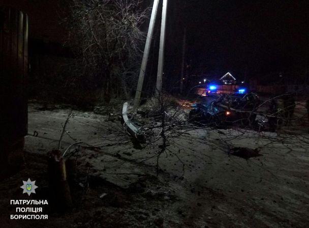 В Борисполе пьяная женщина на BMW снесла столб и дерево, убегая от патрульных