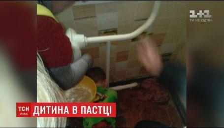 На Днепропетровщине чрезвычайники спасли мальчика, который застрял в батарее