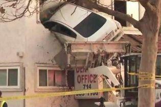 У США водій авто в'їхав у другий поверх будівлі лікарні: є поранені