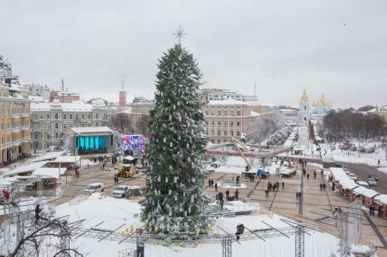 Кінець святам: у Києві починають розбирати ялинку
