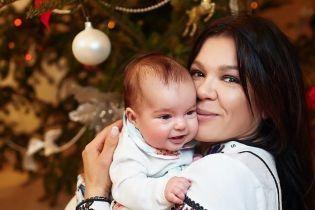 """Хрещена мама Руслана замилувала фанів різдвяною фотосесією з крихітною """"донькою"""""""