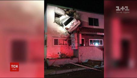 В Калифорнии водитель под действием наркотиков залетел на авто на второй этаж дома