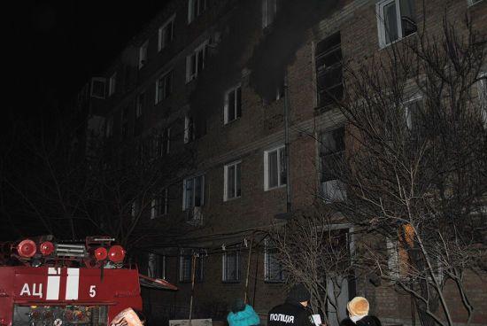 У Миколаєві через пожежу в житловому будинку пізно ввечері евакуювали півсотні людей