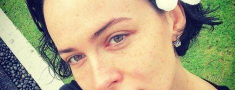 Даша Астафьева в бикини соблазнительно позировала у бассейна