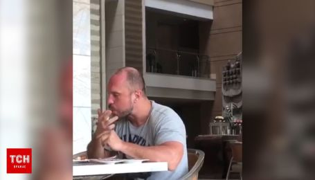На Бали сняли на видео похожего на Киву мужчину, который руками ест из тарелки