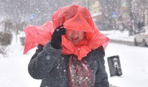 Украину начало засыпать снегом: застрявшие фуры и пешеходы с пакетами на голове