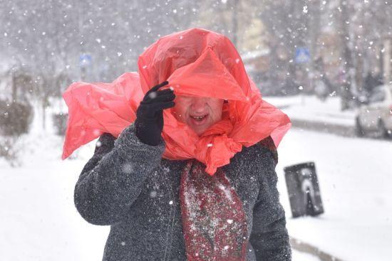 Україну почало засипати снігом: застряглі фури та пішоходи з пакетами на голові