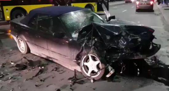 У Києві в жорстокій лобовій ДТП зіткнулися два легковики: п'ятеро постраждалих