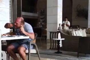 Зголоднів: Кива прокоментував відео, де він в Індонезії їсть руками