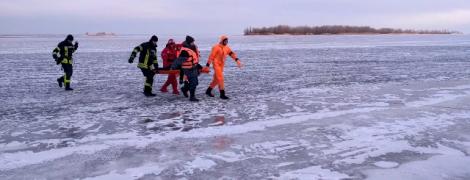 В Черкассах двое подростков провалились под лед на Днепре, одного спасти не удалось