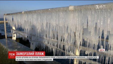 """Ледяная сказка в Одессе: на пляже """"Ланжерон"""" выросли огромные сосульки"""