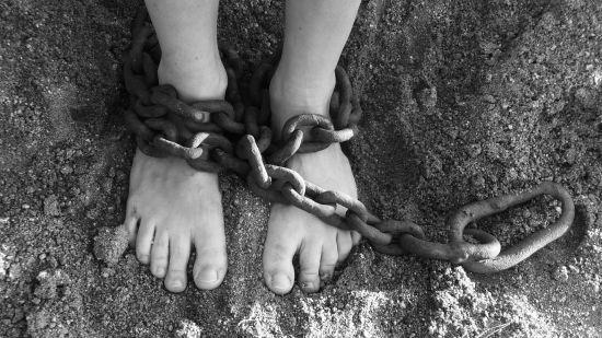Поліція Каліфорнії заарештувала батьків, які тримали 13 дітей на ланцюгу