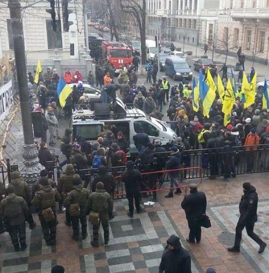 У центрі Києва посилюють заходи безпеки: станція метро закрита, встановлено рамки