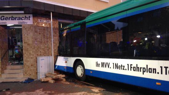 У Німеччині шкільний автобус врізався у стіну житлового будинку: постраждало майже півсотні дітей
